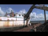 How To Demolish A Boat With Giant Mechanical Shears ?