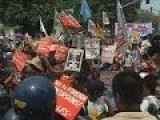 Protesters Scuffle With Police In Anti-Obama Protest In Manila