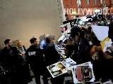 Justin Bieber Firma Aut&oacute Grafos Fuera De Jimmy Kimmel Live