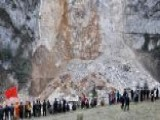 Around The World: Rescuers Search For Landslide Survivors